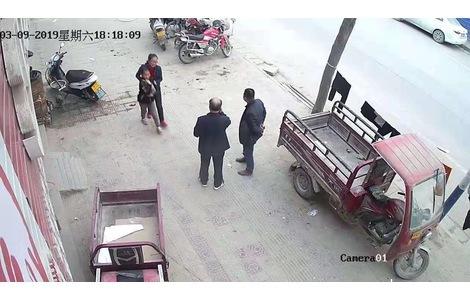 路边有一个男人骑着电动车,之后...